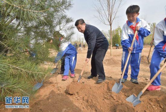 2016年4月5日,党和国家领导人习近平、李克强、张德江、俞正声、刘云山、王岐山、张高丽等来到北京市大兴区西红门镇参加首都义务植树活动。这是习近平同大家一起植树。